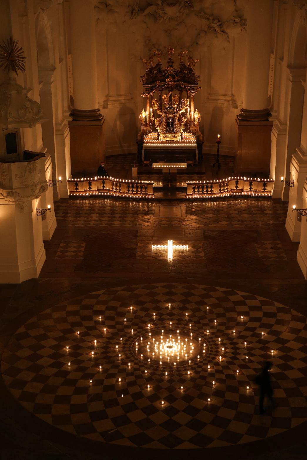 Lichter in der Kolegienkirche.