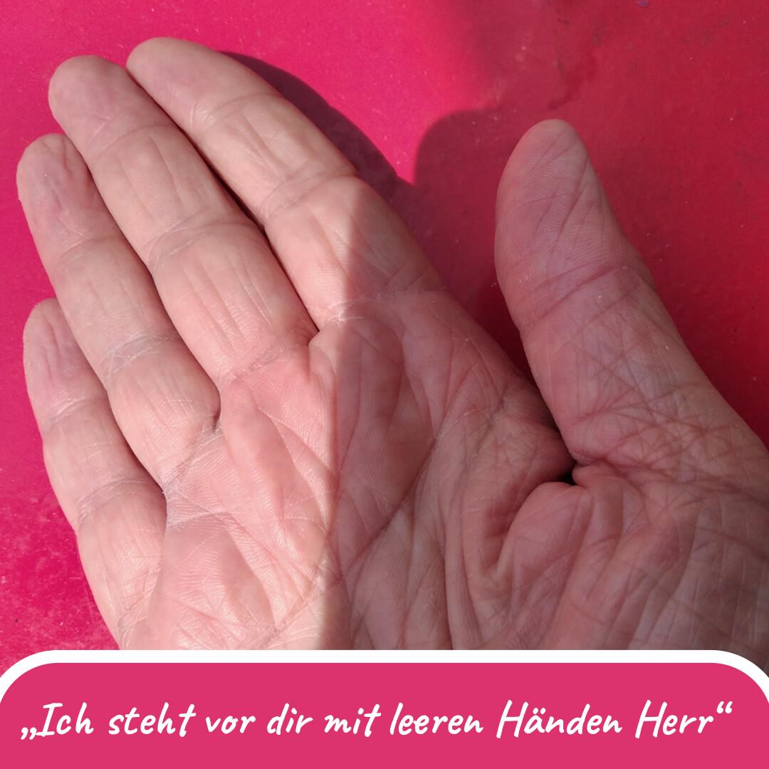 """Geöffnete Hand, die Handfläche zeigt nach oben auf rosa Untergrund. Darunter die Schrift: """"Ich steh vor dir mit leeren Händen Herr."""""""