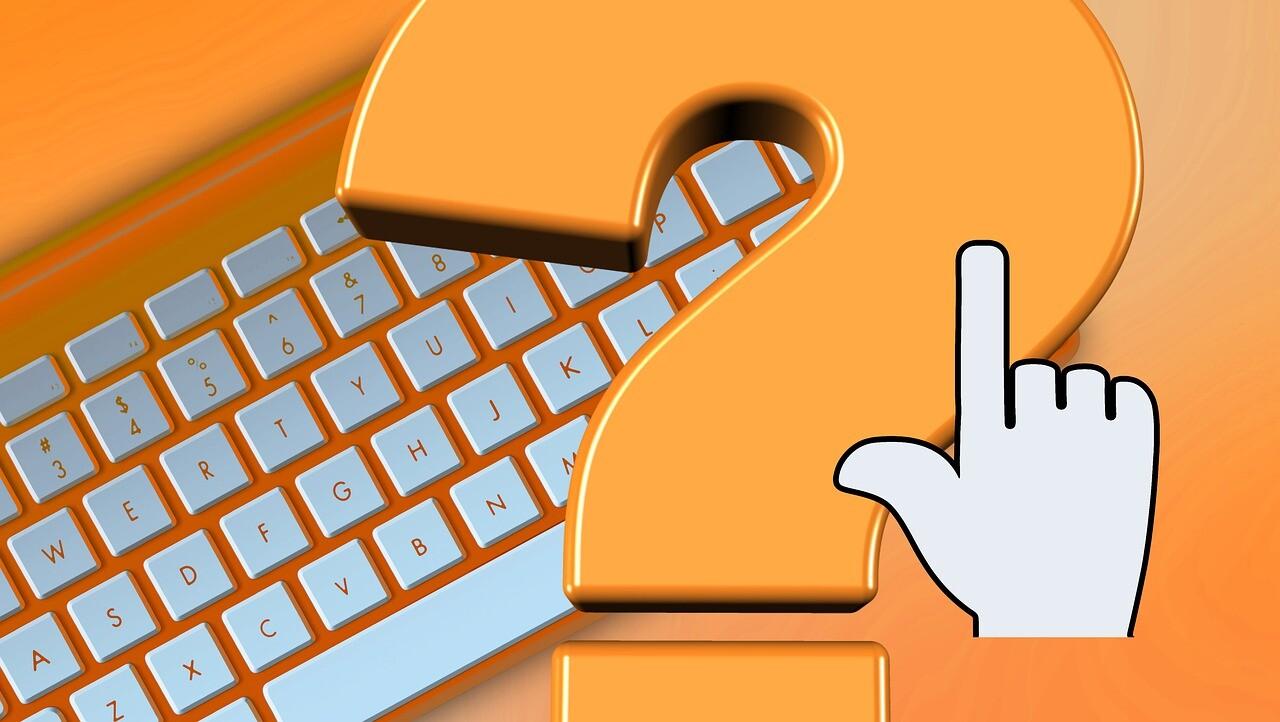 """Eine Tastatur im Hintergrund. Ein Fragezeichen im Vordergrund und ein symbolischer """"Klick""""-Finger/ Hand  Image by <a href=""""https://pixabay.com/users/geralt-9301/?utm_source=link-attribution&amp;utm_medium=referral&amp;utm_campaign=image&amp;utm_content=6111330"""">Gerd Altmann</a> from <a href=""""https://pixabay.com/?utm_source=link-attribution&amp;utm_medium=referral&amp;utm_campaign=image&amp;utm_content=6111330"""">Pixaba"""